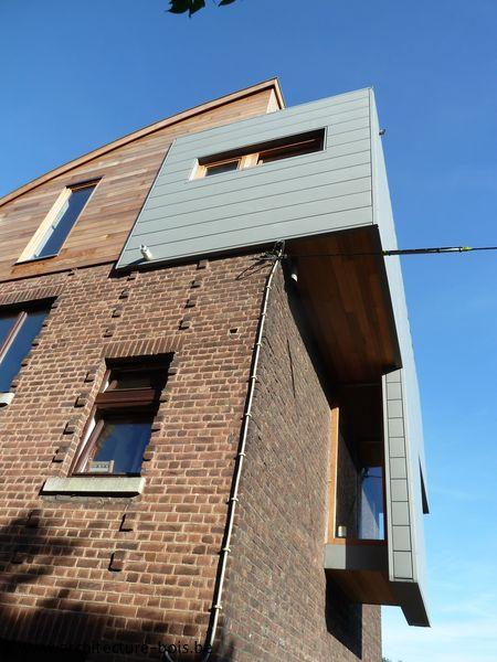 Rehausse d'une habitation avec toiture cintrée et bardage en zinc - Architecture & Bois