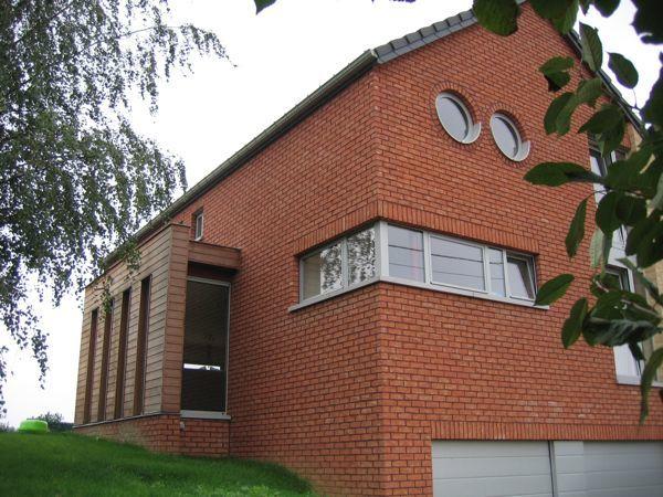Maison avec jeu de briques oranges et beiges et de bois for Brique facade maison