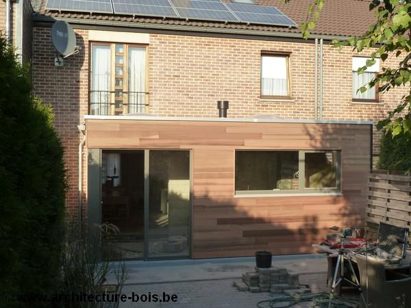 Petite annexe en bois cuisine et coin repas architecture bois - Extension cuisine sur jardin ...