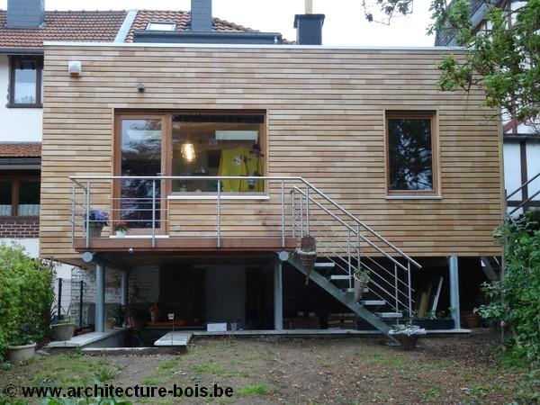 Une extension bois recouverte de robinier ajour pos e for Annexe en bois pour maison