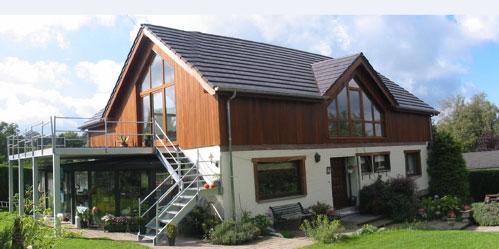 rehausser sa maison top rhausser une maison ou sa toiture cuest lulever un plus haut niveau on. Black Bedroom Furniture Sets. Home Design Ideas